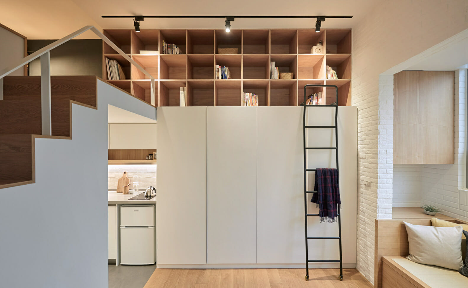 hình ảnh khu vực cầu thang thích hợp ngăn kệ, giá sách, tủ lưu trữ đẹp