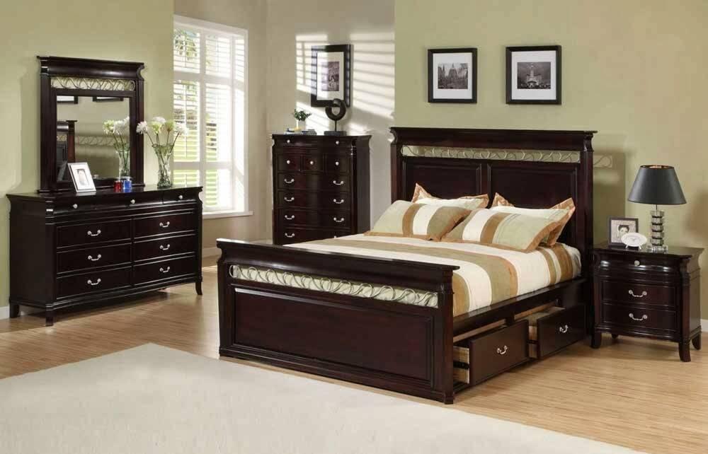 hình ảnh phòng ngủ với tường màu sáng, giường, tủ ngăn kéo và bàn trang điểm bằng gỗ sẫm màu