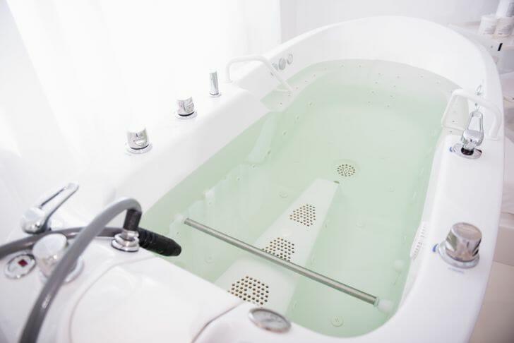 hình ảnh cận cảnh bồn tắm có mát-xa thủy lực