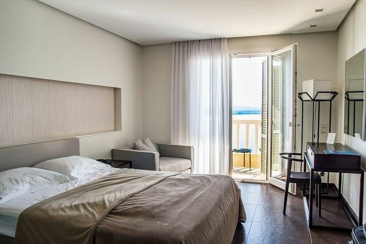 phòng ngủ màu trung tính chủ đạo, rèm cửa sổ mỏng