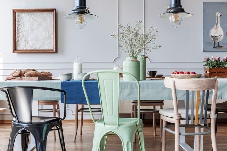 hình ảnh cận cảnh những chiếc ghế ăn màu sắc