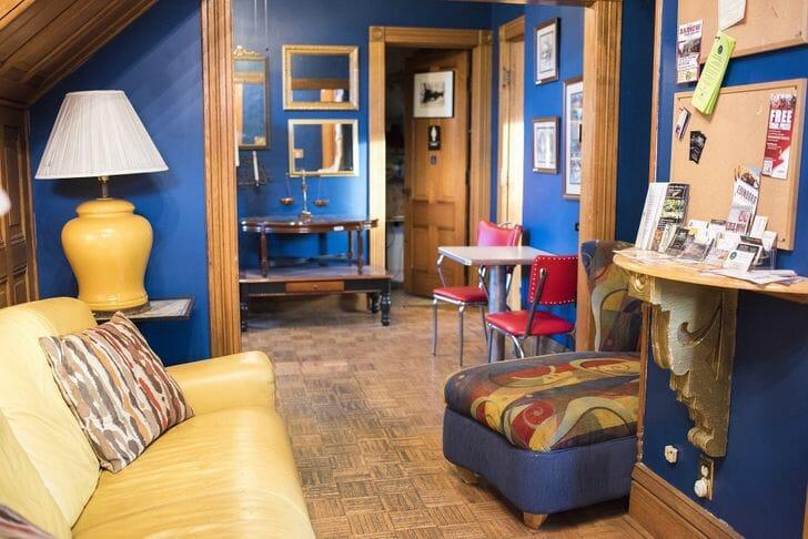 hình ảnh phòng khách với tường sơn màu xanh nước biển đậm